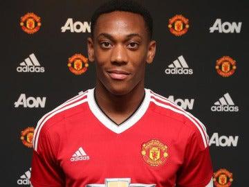 Martial posa con la camiseta de su nuevo equipo, el United