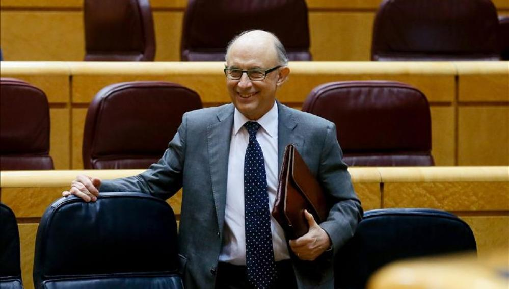 El ministro de Hacienda y Administraciones Públicas, Cristóbal Montoro, a su llegada al Senado.