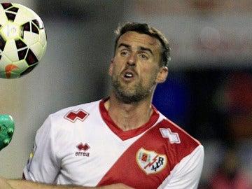 Antonio Amaya en un partido con el Rayo Vallecano