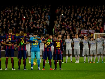 Jugadores del Atlético de Madrid y FC Barcelona, guardando un minuto de silencio