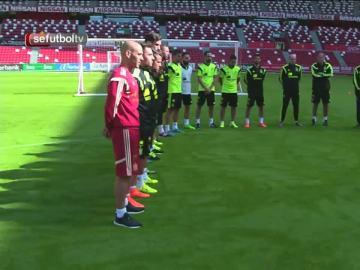 La selección española durante el minuto de silencio