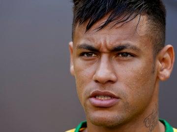Neymar con rostro muy serio