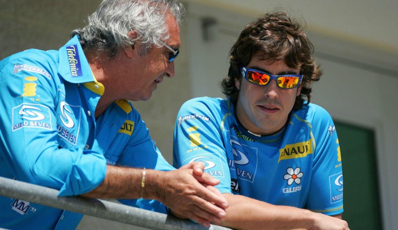 Flavio Briatore charla con Fernando Alonso durante su época en Renault