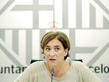 La alcaldesa de Barcelona, Ada Colau, durante la rueda de prensa en el Ayuntamiento.