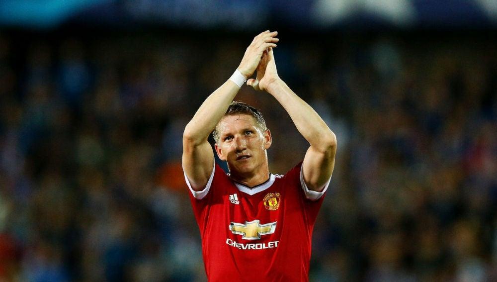 Schweinsteiger aplaude a la afición tras un partido con el United