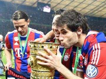 Javi Martínez, celebrando la Copa ganada por el Bayern el año pasado