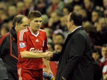 Steven Gerrard y Benítez en un partido