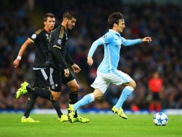 Morata intenta robar el balón a Silva durante el partido