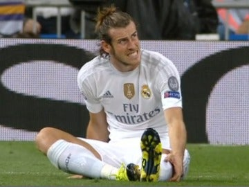 Gareth Bale se lleva la mano al gemelo izquierdo