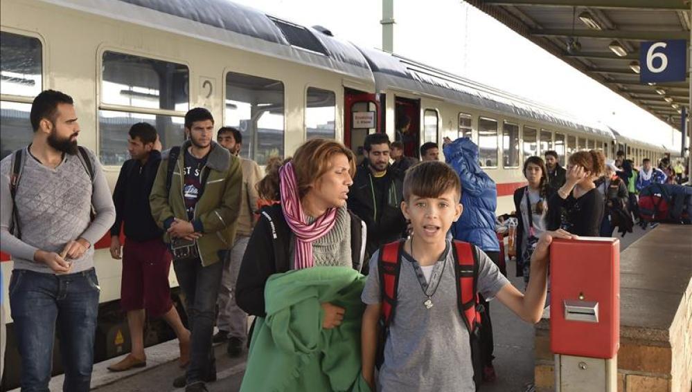 Refugiados a su llegada a la estación de trenes de Schönefeld (Alemania).