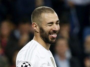 El delantero del Real Madrid Karim Benzema celebra el primer gol