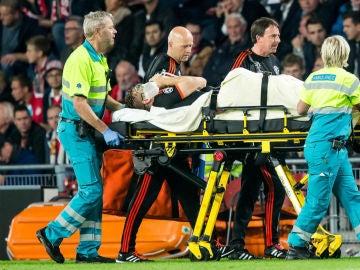 Luke Shaw es retirado en camilla del césped