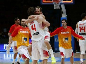 Sergio Rodríguez abraza a Pau Gasol tras ganar a Grecia