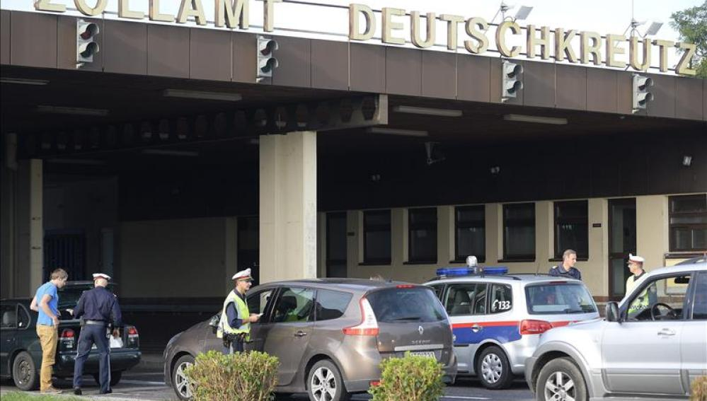 Un policía comprueba la documentación de un conductor de camiones en la frontera entre Austria y Hungría