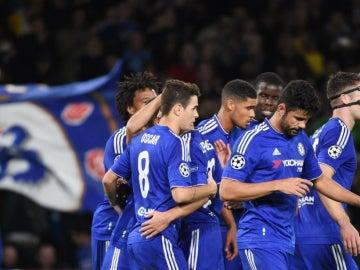 Los jugadores del Chelsea celebran el gol de Oscar