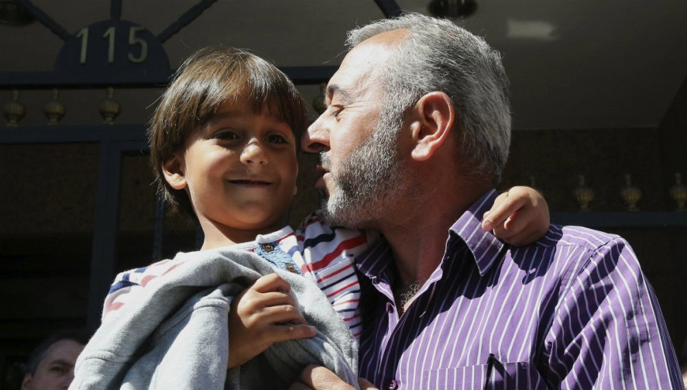 Osama, con uno de sus hijos, ya en Madrid
