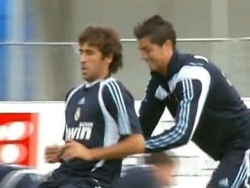 Raúl, empujado por Cristiano en un entrenamiento