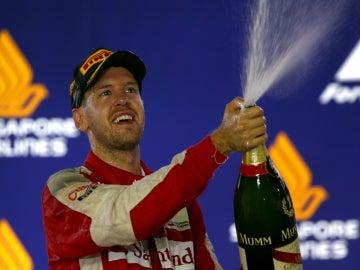 Vettel chorrea champán en el podio de Singapur