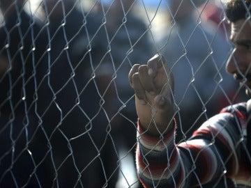 Un hombre se apoya en la valla