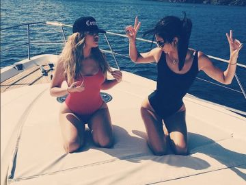 Khloé Kardashian y Kendall Jenner los muestran en bañador