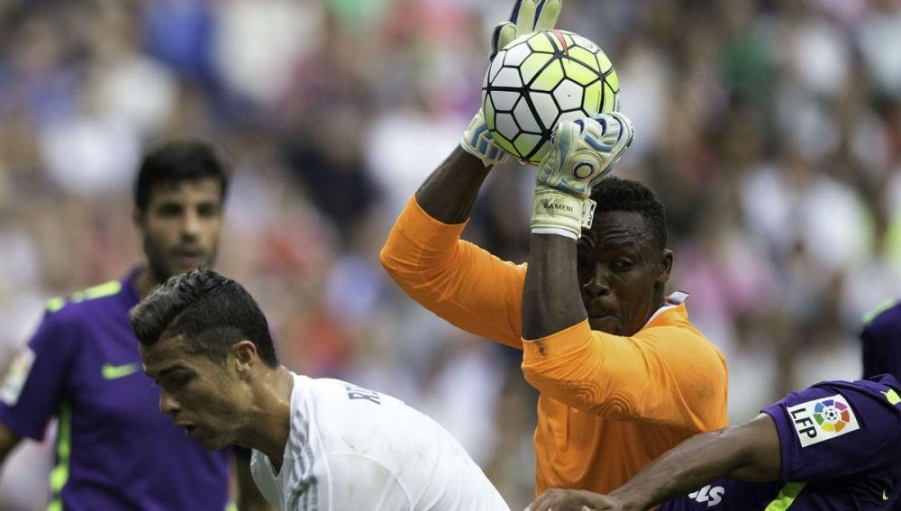 Kameni atrapa un balón ante Cristiano