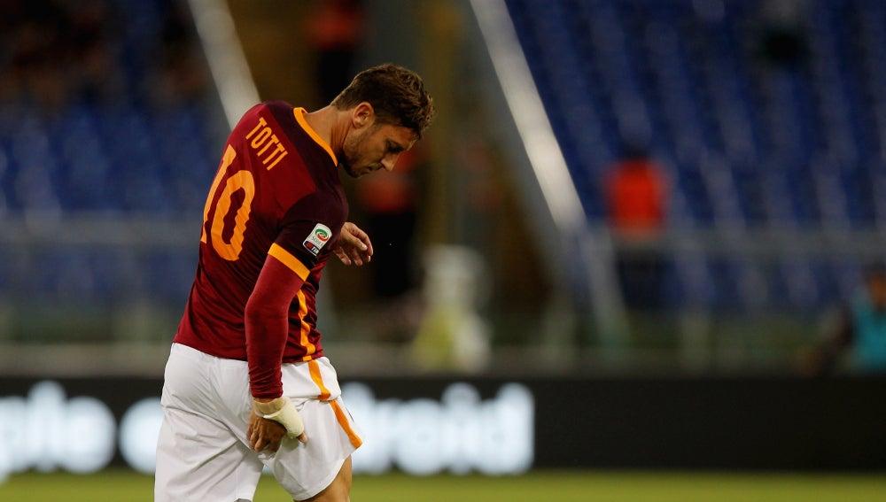 Totti se retira lesionado en el partido ante el Capri