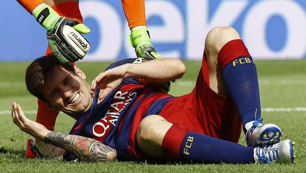 Messi se duele tra su encontronazo con Bigas