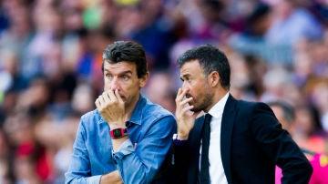 Luis Enrique habla con Unzue en la banda del Camp Nou