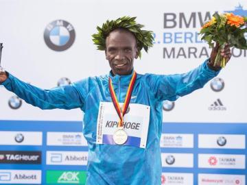 Kipchoge celebra su triunfo en la maratón de Berlín