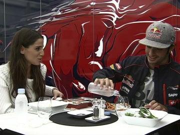 Lucía come con Carlos Sainz