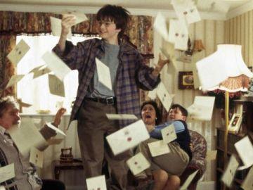 Harry Potter recibiendo las cartas de admisión de Hogwarts