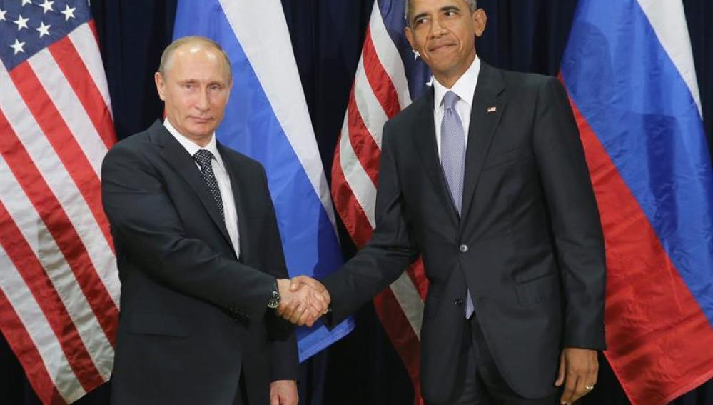 Vladimir Putin saluda a su homólogo Barack Obama.
