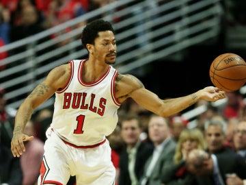 Derrick Rose con el balón durante un partido de la NBA