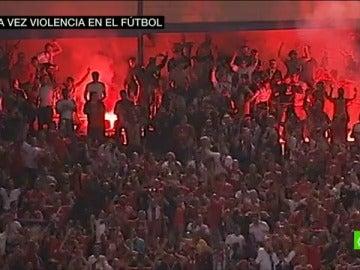 Frame 32.494862 de: Los radicales del Benfica casi provocan una tragedia en el Calderón