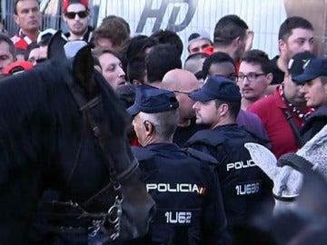 La Policía retiene a los aficionados del Benfica