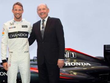Button y Ron Dennis sonríen tras la confirmación del piloto para el año 2016