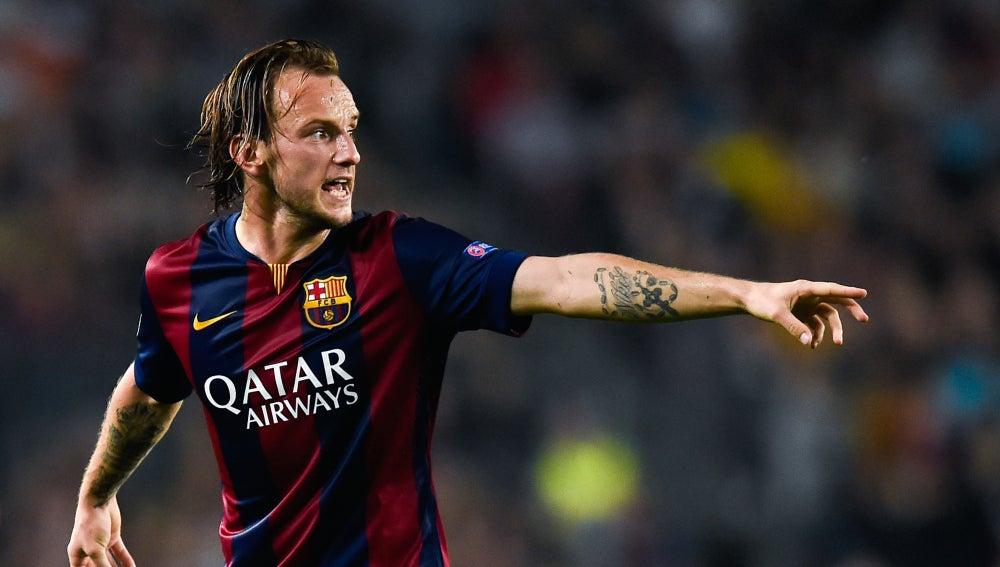 Ivan Rakitic ordena una jugada en un partido con el Barcelona