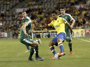 El centrocampista argentino de la U. D. Las Palmas Juan Culio, controla el balón ante el defensa del Eibar, Ander Capa