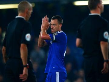John Terry aplaude a Stamford Bridge