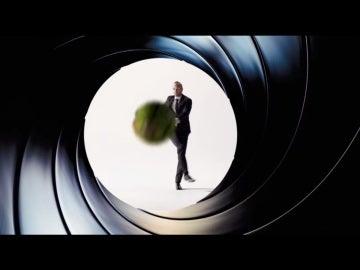 Iniesta, en la promoción de 007