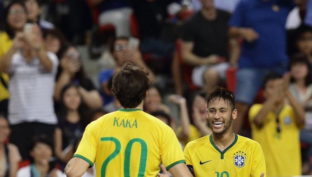 Kaká se abraza con Neymar en la selección brasileña