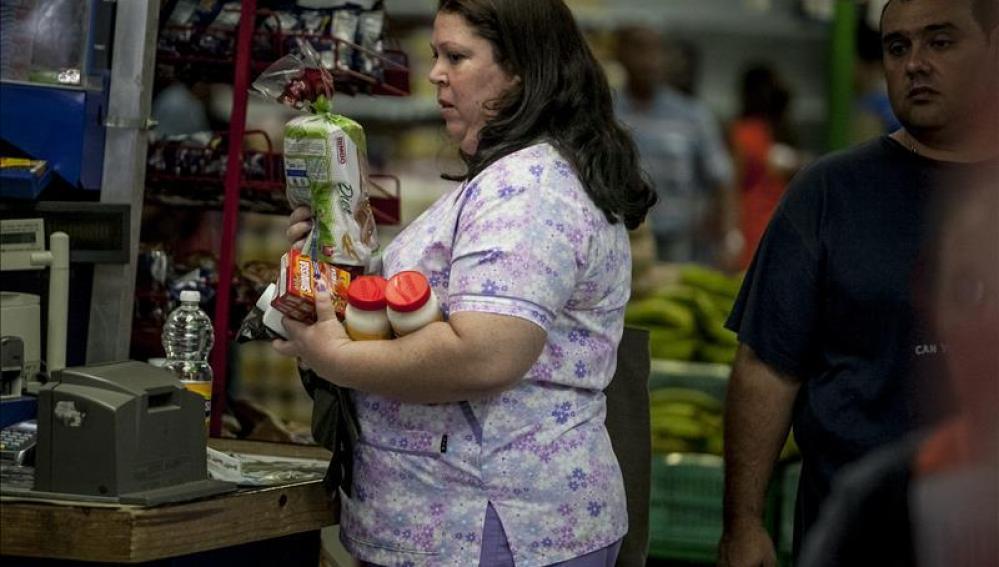 Mujer venezolana hace la compra