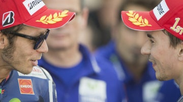 Valentino Rossi y Jorge Lorenzo dialogan tras una carrera