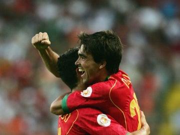 Deco abraza a Cristiano Ronaldo durante un partido con la selección portuguesa