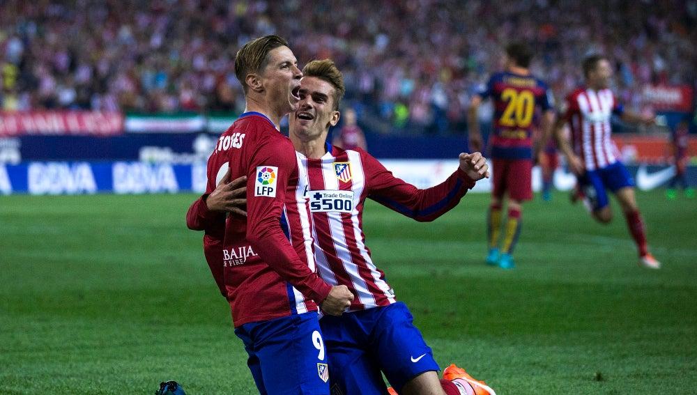 Fernando Torres y Griezmann celebrando un gol frente al F.C Barcelona