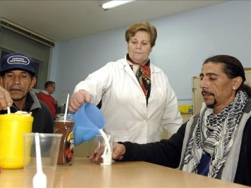 Una voluntaria de Cáritas en un comedor