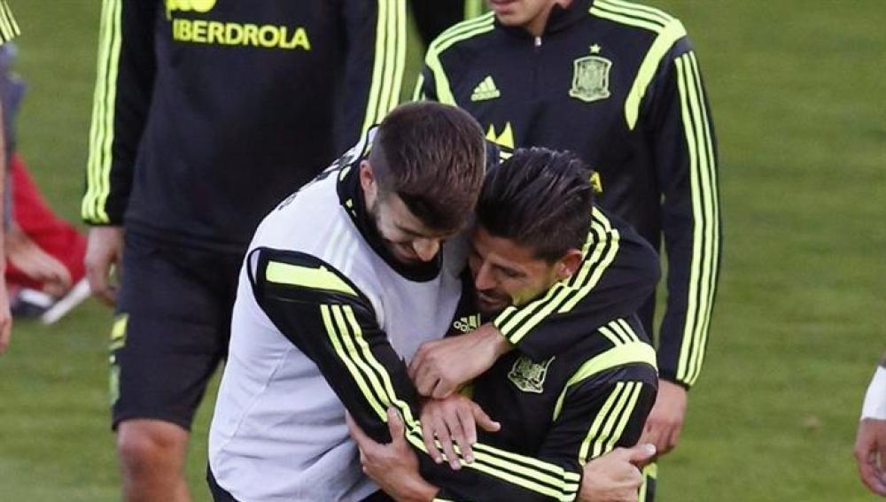 Nolito y Piqué bromean durante el entrenamiento de la selección