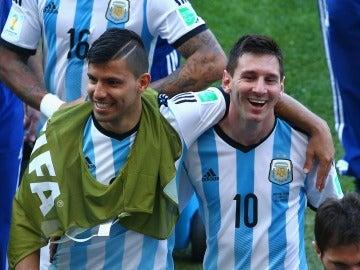 Sergio Agüero y Leo Messi se abrazan durante un partido de la selección argentina