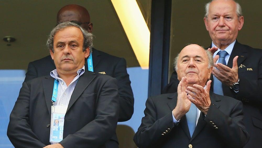 Michel Platini (i) junto a Joseph Blatter (d)