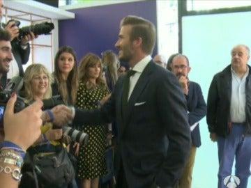 David Beckham pide perdón uno a uno a los periodistas por llegar tarde al acto